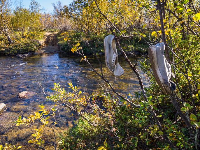 Aikaisemmalta joen ylittäjältä jäänyt kengät kuivumaan. Doardna, Norja