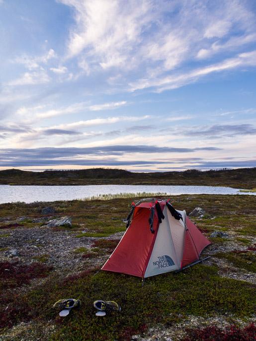 Sokkelo selvitetty ja teltta pystyssä, pääsee lepäämään. Maskevarri/Rahppat, Norja
