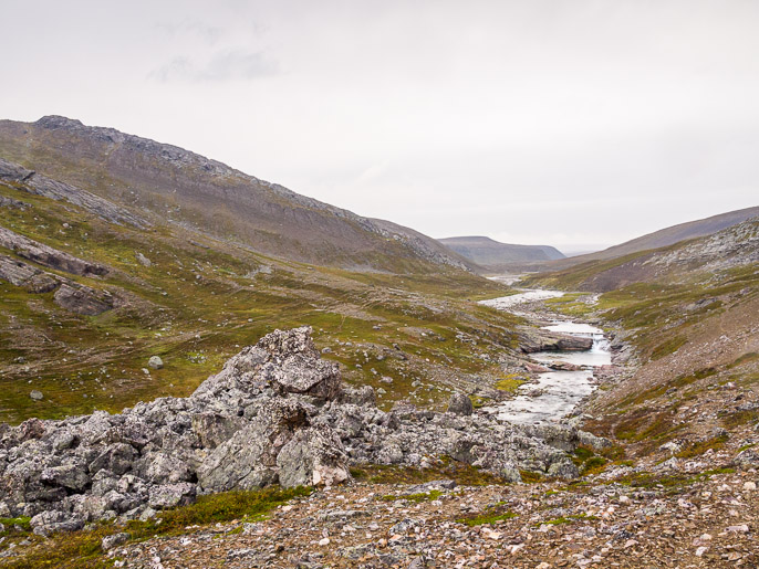 Tulosuuntaan, porot ovat tehneet pieniä polkuja rinteille, joita pitkin voi hieman turvallisemmin mielin kulkea. Björnskardet, Norja