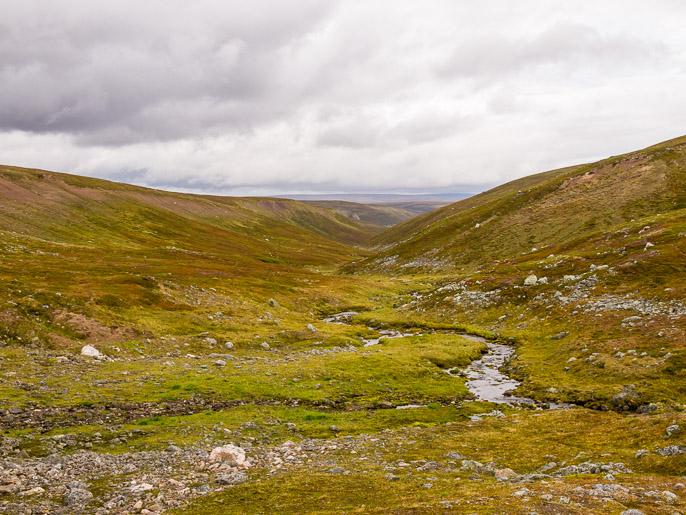 Tätä uomaa pitkin päädyn Sandfjorddaleniin, jota seuraten tulen vaelluksen päätepisteeseen. Njuvccaguroaivi, Norja