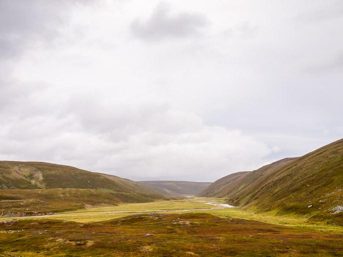 Sandfjorddalen, nyt minun tarvitsee vain seurata jokea. Sandfjordelva, Norja