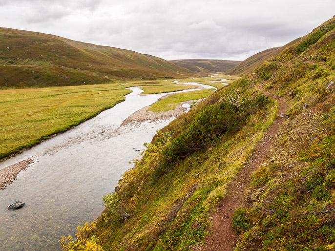 Laaksossa on jyrkkiä seinämiä suoraan jokeen, vaihtoehdot ovat kulkea vesirajassa tai yläkautta poropolkua pitkin. Sandfjordelva, Norja
