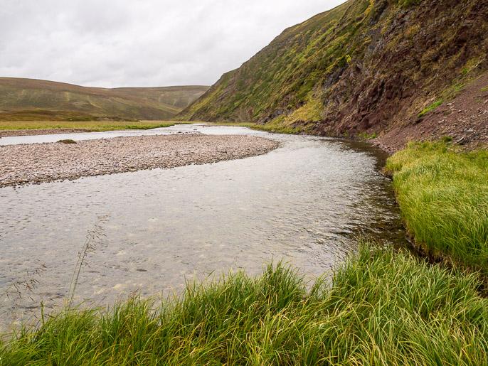 Seuraavaksi vaihtoehtona on kulkea vesirajassa tai kahlata toiselle puolelle jokea, minä kuljin koko matkan joen itäpuolella. Sandfjordelva, Norja