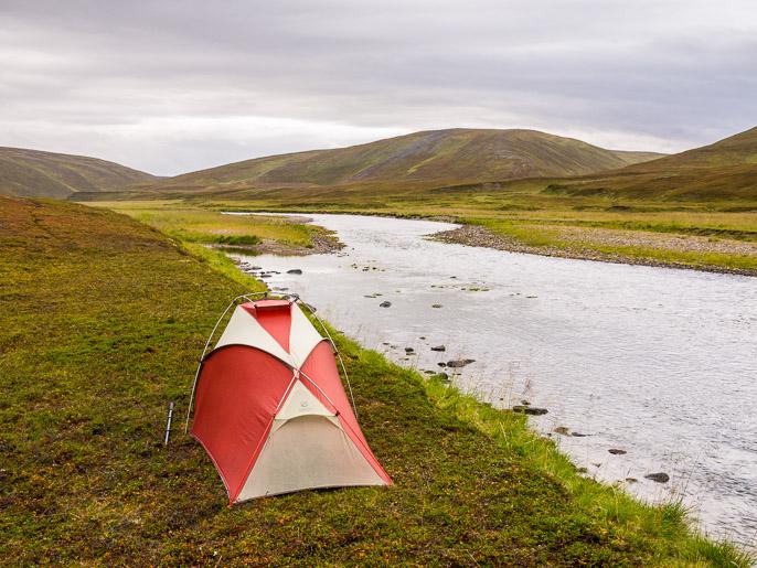 Leiri joen rannalla. Sandfjordelva, Norja