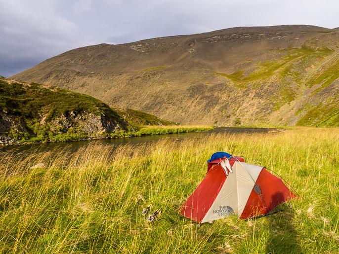 Viimeinen leiripaikka ennen vaelluksen päätepistettä. Yhden puolikkaan yön olin vielä teltassa paluumatkalla Tanassa. Sandfjordelva, Norja