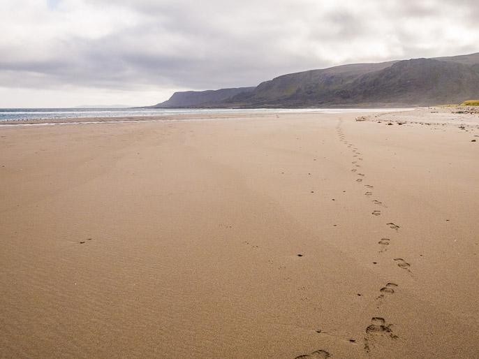 Jäljet tyhjällä rannalla, eivät nämä täällä kauaa säily. Sandfjord, Norja